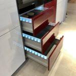INPURA SYSTEM A637 - lichtgrau hochglanz mit roten  Elementen